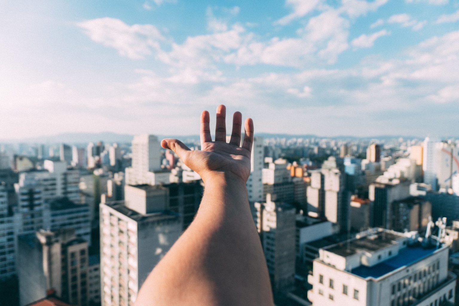 background thành phố đẹp hiện đại đưa bàn tay
