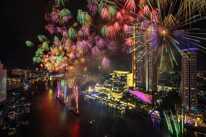 Hình ảnh pháo hoa rực rỡ và sự kiện countdown 2021 với cách tổ chức đặc biệt khác với mọi năm