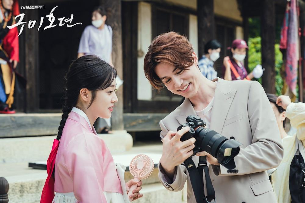 Hai diễn viên chính Lee Dong Wook và Jo Bo Ah vui vẻ xem lại thành quả