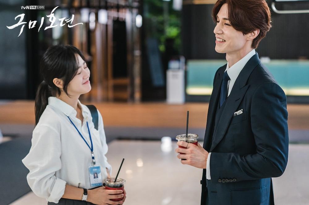 sau khi diễn căng thẳng là những phút thoải mái của Lee Dong Wook và bạn gái trong phim
